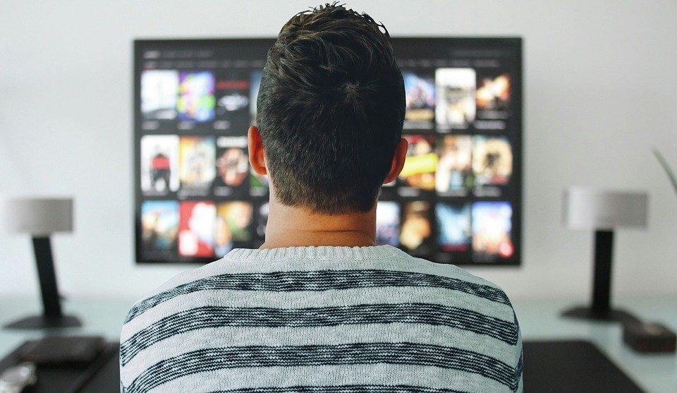 テレビ画面を見ている人