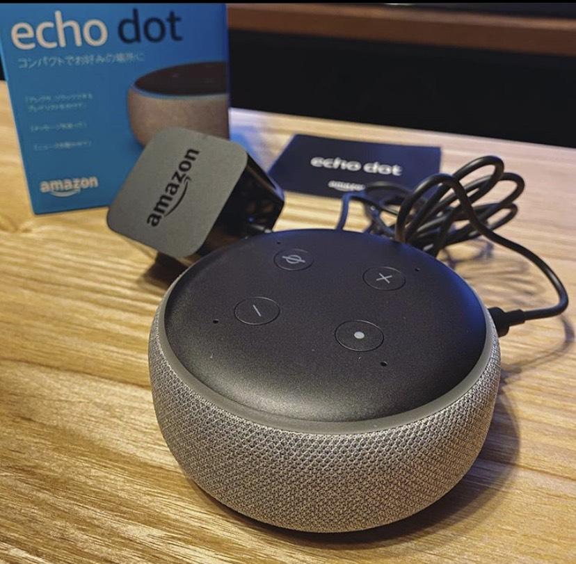 Amazon Echo dotを机に置いている写真