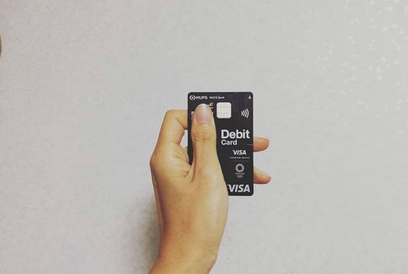 debitcardを手に持っている写真