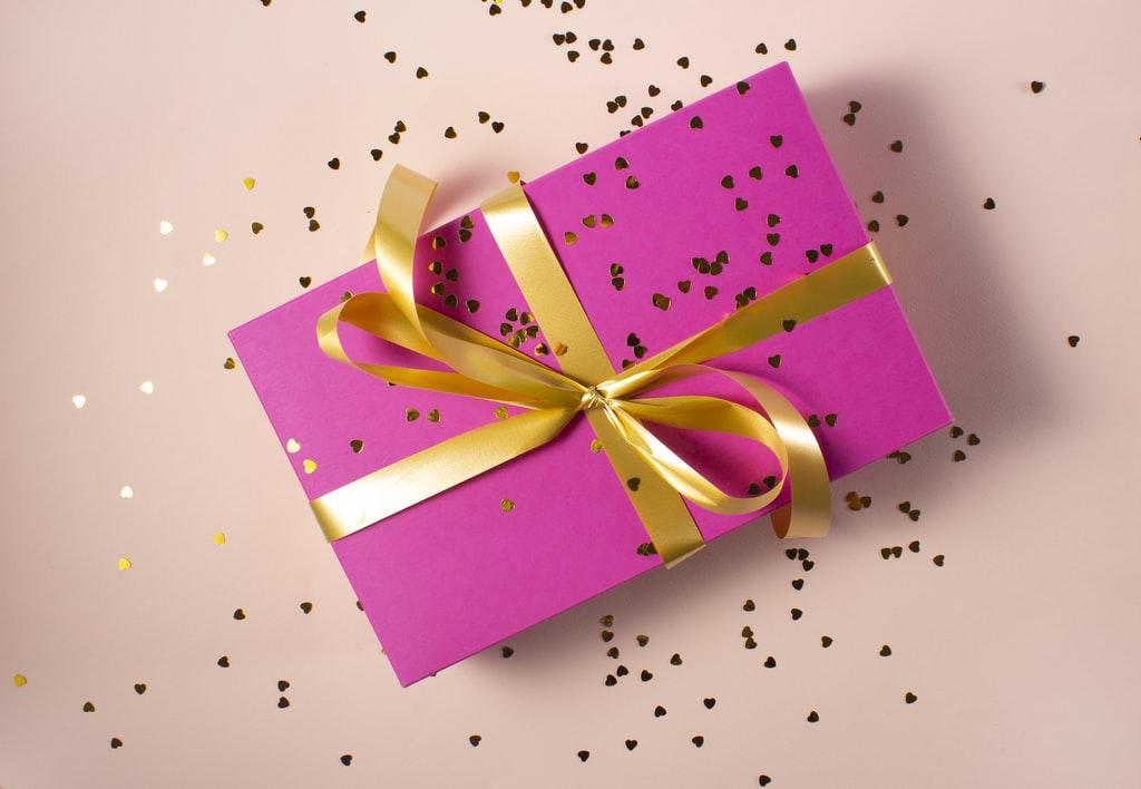 プレゼントを箱に包んでいる