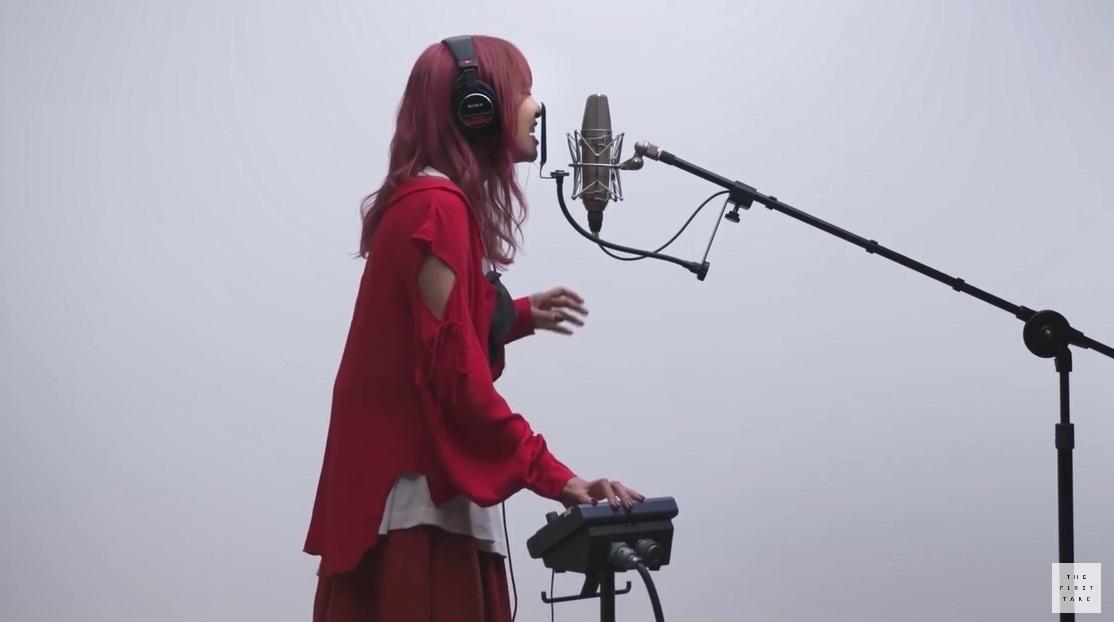 Lisaが紅蓮華を歌っている